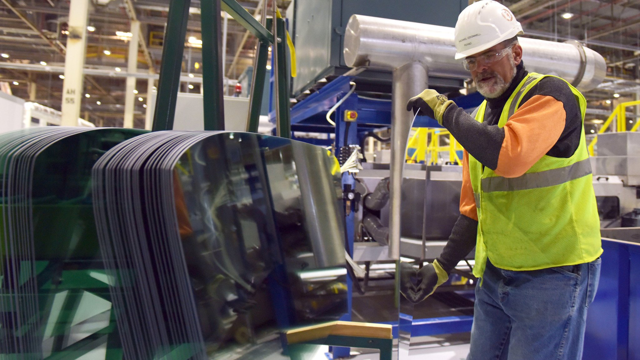 F2H62W Moraine, USA. 5th Aug, 2015. Michael o'donnell works at a factory of Fuyao Glass America in Moraine, south of Dayton, Ohio, the United States, Aug. 5, 2015. Fuyao Glass Industry Group, the largest automotive glass supplier in China, invested over 360 million U.S. dollars to build an automobile glass factory in Moraine, Ohio, and will create over 1,500 jobs locally. © Yin Bogu/Xinhua/Alamy Live News